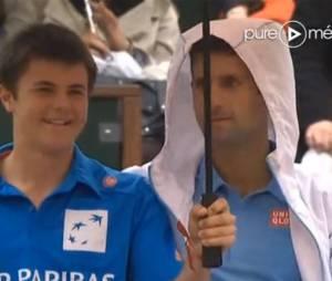Novak Djokovic discute avec un ramasseur de balles à Roland Garros, le 26 mai 2014