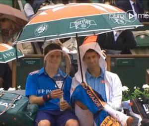 Novak Djokovic sous le parapluie à Roland Garros, le 26 mai 2014
