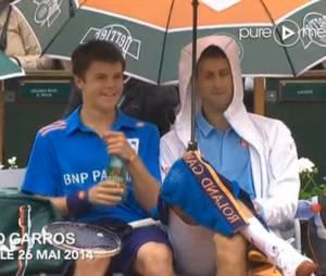 Novak Djokovic trinque avec un ramasseur de balles à Roland Garros, le 26 mai 2014