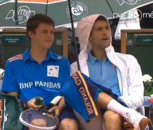 Novak Djokovic sous la pluie à Roland Garros, le 26 mai 2014