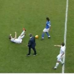 José Mourinho débarque sur le terrain... pour tacler un joueur