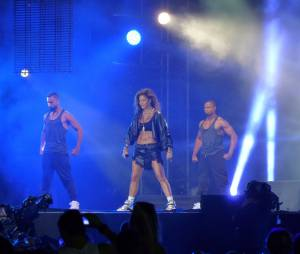 Nicole Scherzinger défend son single Your Love, premier extrait d'un album en solo attendu pour octobre 2014 (ici pour Isle of MTV, le 25 juin 2014)