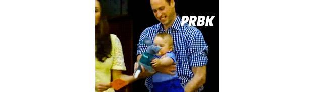 Prince George : en visite dans un zoo en Australie, le royal baby jète une peluche par terre