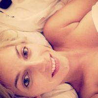 Nadège Lacroix nue dans son lit et décolletée en bikini sur Instagram