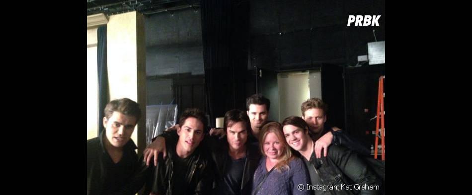 Julie Plec et les acteurs masculins lors d'une séance photo pour la saison 6 de Vampire Diaries