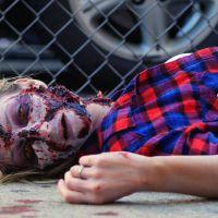 Un cadavre se réveille, transformé en zombie : la caméra cachée terrifiante