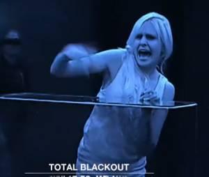 Adixia (Les Ch'tis dans la Jet Set) flippée pendant l'épreuve de l'aquarium dans Total Blackout