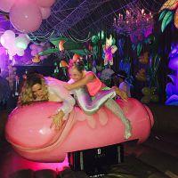 Miley Cyrus : soirée topless et rodéo sur un pénis géant pour ses 22 ans