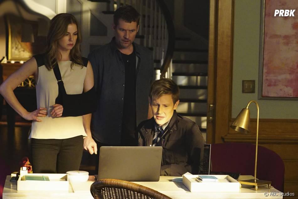 Revenge saison 4, épisode 11 : Emily VanCamp (Emily), James Tupper (David) et Gabriel Mann (Nolan) sur une photo