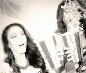 Delphine Wespiser et Laury Thilleman à fond pour soutenir Camille Cerf à l'élection de Miss Univers 2015