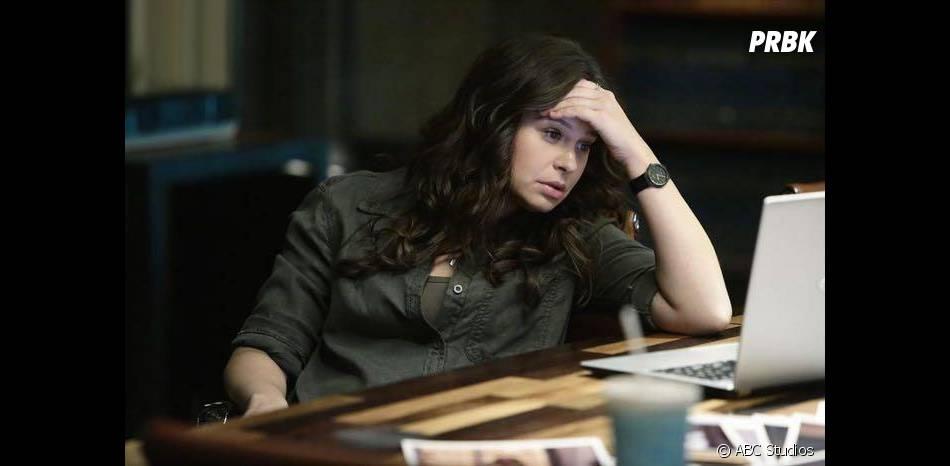 Scandal saison 4, épisode 11 : Quinn (Katie Lowes) perdue sur une photo