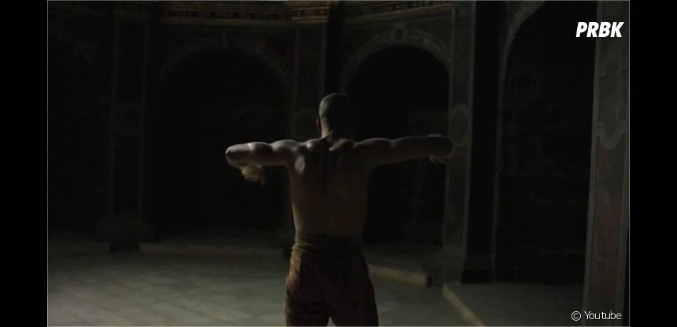 Brahim Zaibat en Athos musclé et sexy dans la bande-annonce du spectacle Les 3 Mousquetaires