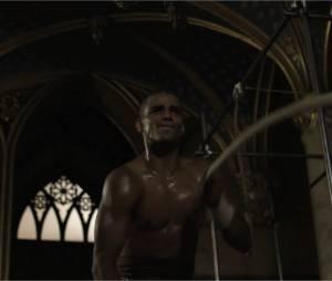 Brahim Zaibat en Athos musclé dans la bande-annonce du spectacle Les 3 Mousquetaires