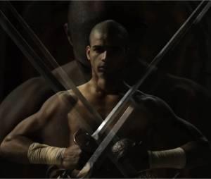 Brahim Zaibat en Athos sexy dans la bande-annonce du spectacle Les 3 Mousquetaires