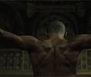 Brahim Zaibat en Athos torse nu dans la bande-annonce du spectacle Les 3 Mousquetaires