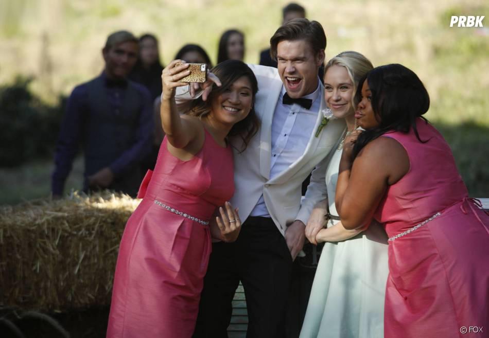 Glee saison 6, épisode 8 : Tina (Jenna Ushkowitz), Sam (Chord Overstreet), Kitty (Becca Tobin) et Mercedes (Amber Riley) au mariage de Brittany et Santana