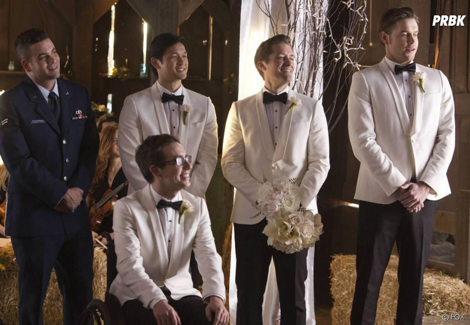 Glee saison 6, épisode 8 : Puck (Mark Salling), Artie (Kevin McHale), Mike (Harry Shum Jr.), Will (Matthew Morrison) et Sam (Chord Overstreet) au mariage de Brittany et Santana