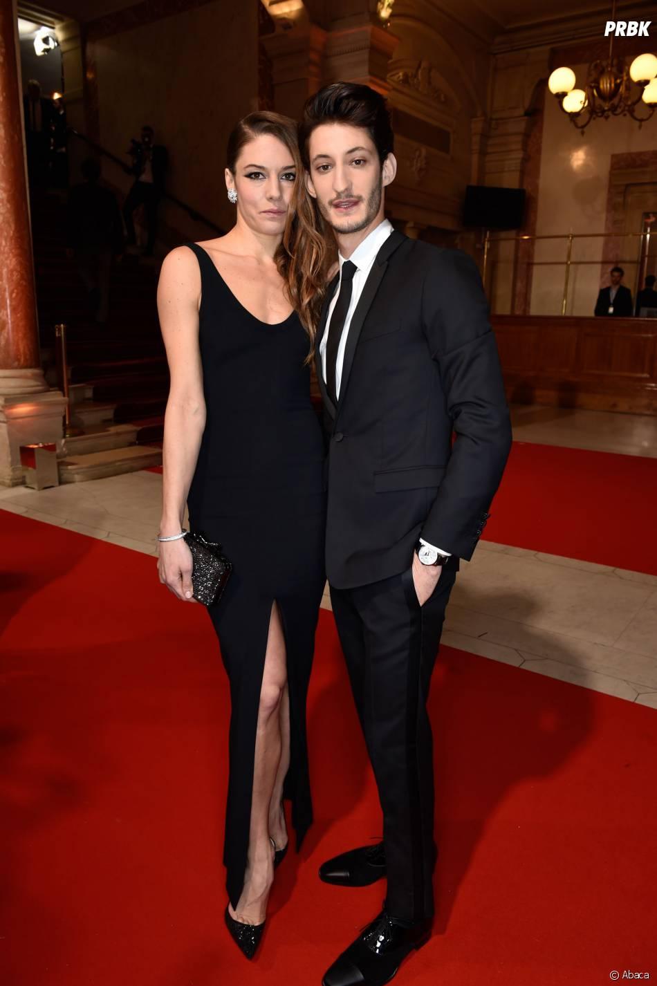 Pierre Niney et Natasha Andrews sur le tapis rouge des César 2015 au théâtre du Châtelet à Paris, le 20 février 2015