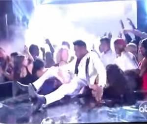 Miguel : méga uppercut sur scène en plein concert