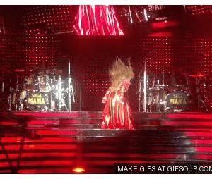 Beyoncé dégringole des escaliers en plein concert
