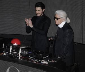 """Baptiste Giabiconi et Karl Lagerfeld pour le lancement du site """"Giabiconi Style"""" avec un gros bouton rouge"""
