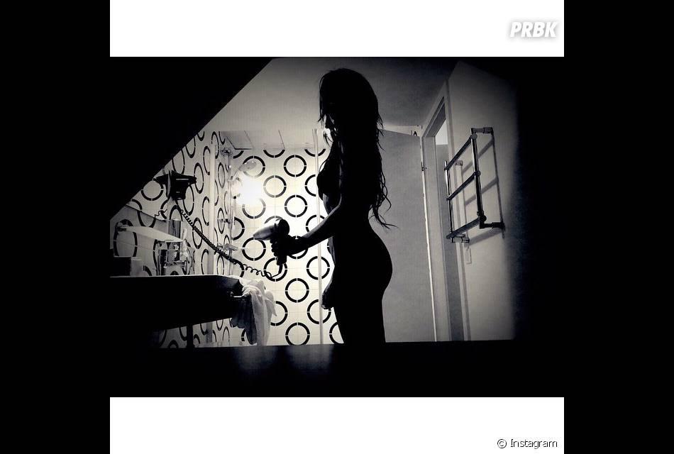 Shy'm nue (?) dans une salle de bain, le 15 avril 2015