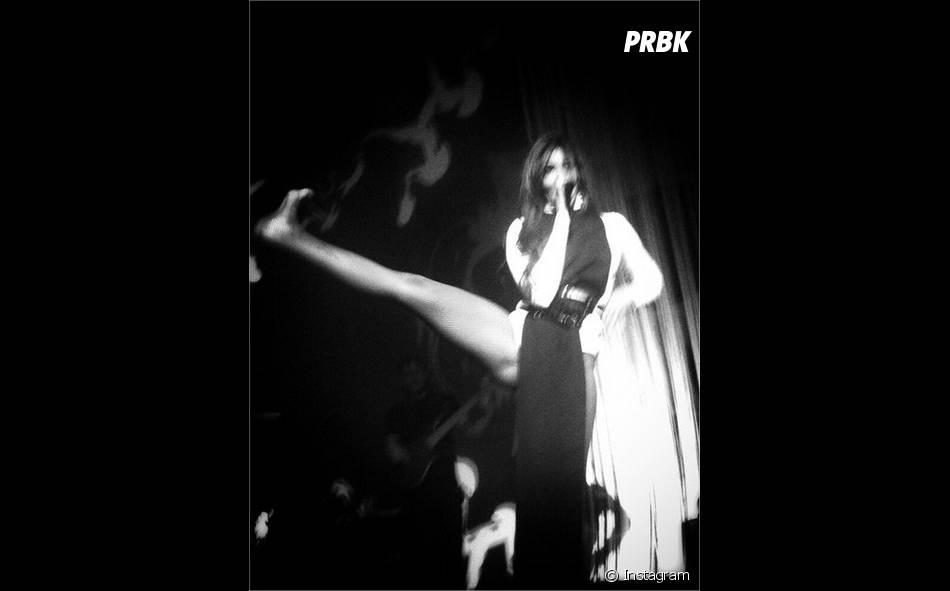 Shy'm : sexy et souple sur scène pour un concert à Montpellier le 3 avril 2015