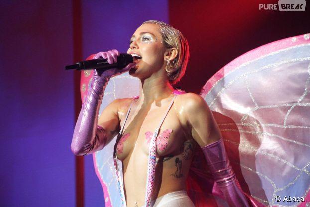 Miley Cyrus seins nus en concert à l'Adult Swim Upfront After Party à New York, le 13 ami 2015
