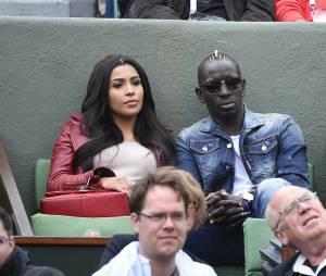 Mamadou Sakho et son épouse lors du match des huitièmes de finale de Jo-Wilfried Tsonga à Roland Garros le 31 mai 2015