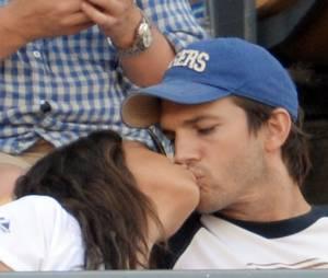 Ashton Kutcher et Mila Kunis : couple complice pendant un match de base-ball