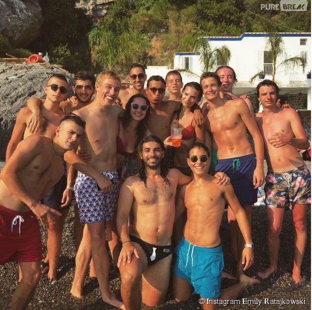 Emily Ratajkowski ultra sexy en bikini le 9 juillet 2015 : vacances hot en Italie entourée de 12 hommes !