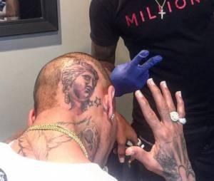Chris Brown s'est fait tatouer la tête de la Venus de Milo sur l'arrière de son crâne