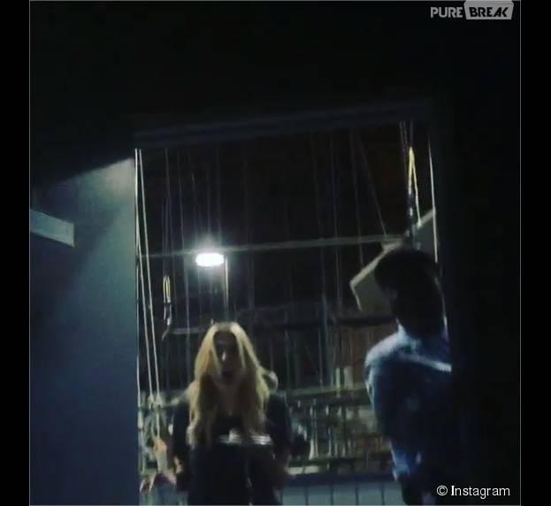 Ashley Benson terrorisée par une blague de Shay Mitchell et Troian Bellisario sur le tournage de Pretty Little Liars