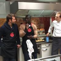 Omar Sy et Bradley Cooper s'incrustent dans un cours de cuisine à Paris !