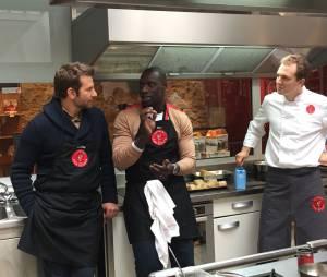 Omar Sy et Bradley Cooper, héros du film A Vif, assistent à un cours de cuisine à l'Atelier des chefs, le 25 octobre 2015 à Paris