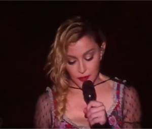 Madonna émue sur scène après les attentats de Paris
