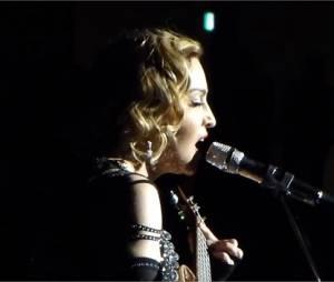 Madonna en larmes sur scène après les attentats de Paris