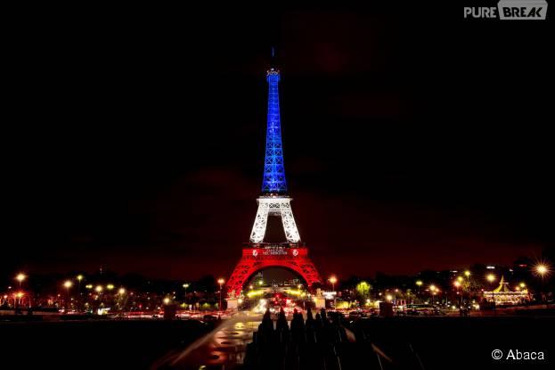 La Tour Eiffel illuminée en bleu, blanc, rouge après les attentats à Paris le 16 novembre 2015