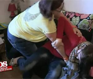 SOS Ma famille a besoin d'aide : Kimberly insulte et frappe sa maman Chrystelle pour récupérer son téléphone portable dans l'émission de Pascal Soetens diffusée le 22 novembre 2015 sur NRJ12