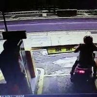 Cette motarde voulait sortir du parking sans payer : elle va amèrement le regretter !