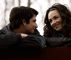 Teen Wolf : Crystal Reed et Tyler Posey sur une photo de la saison 1
