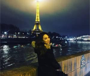 Janel Parrish pose devant la Tour Eiffel pendant son passage à Paris le week-end du 23 janvier 2016