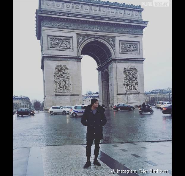 Tyler Blackburn (Pretty Little Liars) pose devant l'Arc de Triomphe lors de son passage à Paris le week-end du 23 janvier 2016