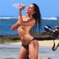 Coralie Porrovecchio (Les Anges 8) : shooting topless et sexy sur une plage