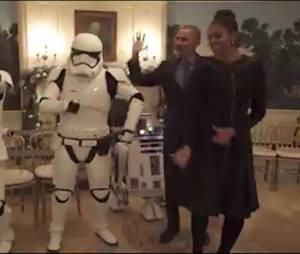 Barack et Michelle Obama dansent avec R2-D2 et des Stormtroopers