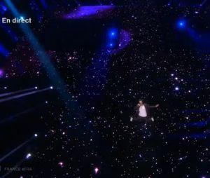 Amir Haddad dans un décor d'étoiles et de planètes pour l'Eurovision 2016.