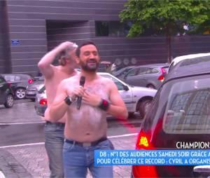 Cyril Hanouna se douche sous la pluie en direct dans TPMP le 30 mai 2016
