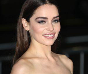 """Emilia Clarke alias Daenerys dans Game of Thrones n'a pas de petit ami : elle cherche toujours """"l'âme soeur""""."""