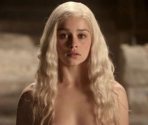 Emilia Clarke alias Daenerys dans Game of Thrones, sublime en brune comme en blonde.