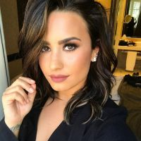 Demi Lovato se fâche avec ses fans à cause de ses seins : le dessin de la discorde